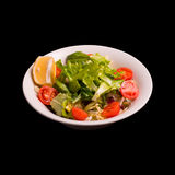 Salade fraîche sur le noir image stock