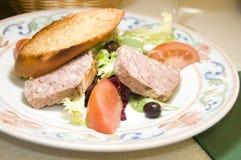 Salade française de pâté de terrine de porc de type de pays Photos libres de droits