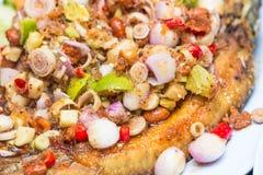 Salade frite de poissons images stock