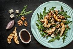 Salade - fromage bleu, poire, arugula, noix, oignon rouge et habillage de vinaigre balsamique Photographie stock libre de droits