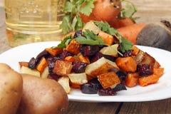 Salade gebakken bieten, verse wortelen en aardappels Stock Foto