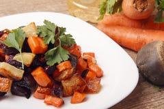 Salade gebakken bieten, verse wortelen en aardappels Royalty-vrije Stock Foto's