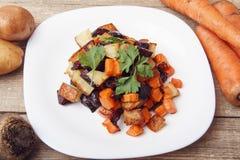 Salade gebakken bieten, verse wortelen en aardappels Royalty-vrije Stock Afbeeldingen