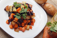 Salade gebakken bieten, verse wortelen en aardappels Stock Foto's
