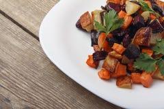 Salade gebakken bieten, verse wortelen en aardappels Gezond voedsel van biologische producten Royalty-vrije Stock Afbeelding