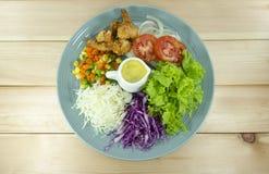 Salade gebraden garnalen verse groenten in een blauwe plaat stock fotografie
