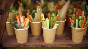 Salade in glazen stock videobeelden