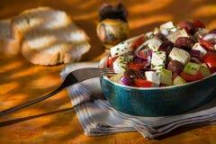 Salade grecque avec des olives et des oignons de concombre de tomates de feta Image libre de droits
