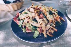 Salade grecque avec le poulet du plat photos stock
