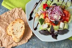 Salade grecque avec les légumes frais, le feta et les olives noires image libre de droits