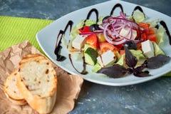 Salade grecque avec les légumes frais, le feta et les olives noires photo libre de droits