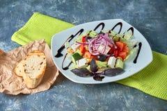 Salade grecque avec les légumes frais, le feta et les olives noires photos libres de droits