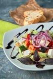 Salade grecque avec les légumes frais, le feta et les olives noires photographie stock libre de droits