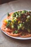 Salade grecque avec les tomates, le concombre, les olives et les herbes image stock
