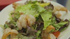 Salade grecque classique des tomates, des concombres, de poivron rouge, d'oignon avec des olives, d'origan et de feta betterave banque de vidéos