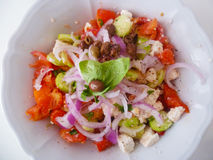 Salade grecque délicieuse d'un plat en céramique blanc d'en haut Photographie stock libre de droits
