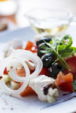 Salade grecque d'un plat blanc Photo stock