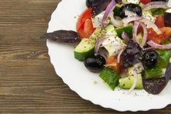 Salade grecque dans le plat blanc Photos stock