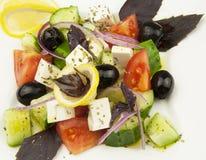 Salade grecque dans le plat blanc Photographie stock libre de droits