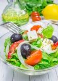Salade grecque dans un bol en verre photographie stock libre de droits
