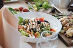 Salade grecque de plaque Photographie stock libre de droits