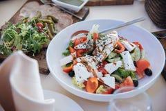 Salade grecque de plaque Photographie stock
