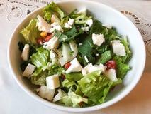 Salade grecque fraîche faite maison avec du feta à la cuisine images libres de droits
