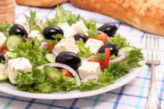 Salade grecque, olives noires gigantesques, moutons fromage, pain Photo libre de droits