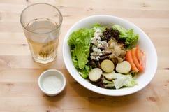 Salade grillée de boeuf avec la tomate, pomme de terre, oignon Photos stock