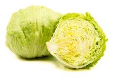 Salade 'Iceberg' verte d'isolement sur le fond blanc photo stock