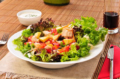Salade italienne de Cesar sur la table Photos stock