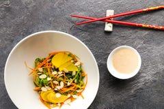 Salade japonaise traditionnelle dans un plat blanc avec des baguettes photographie stock libre de droits