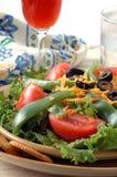 Salade jetée en l'air image libre de droits