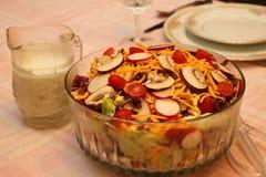 Salade jetée en l'air avec l'habillage photos stock