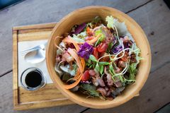 Salade jetée en l'air colorée de laitue dans une cuvette en bois image libre de droits