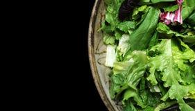 Salade in Kom die op Zwarte wordt geïsoleerdh Royalty-vrije Stock Foto