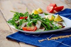 Salade légère fraîche avec l'arugula, champignons, tomate en sauce à citron-miel Concept sain de consommation Nutrition approprié images libres de droits