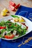 Salade légère fraîche avec l'arugula, champignons, tomate en sauce à citron-miel Concept sain de consommation Nutrition approprié photos libres de droits