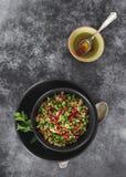 Salade libanaise de bulgur avec des graines et l'habillage de grenade Photos libres de droits