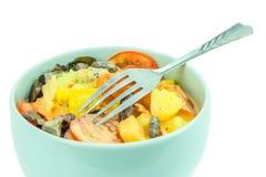 Salade in lichtblauwe kommen Stock Afbeelding