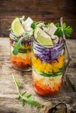 Salade lumineuse d'arc-en-ciel des tomates, carottes, poivre Photo stock