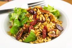 Salade méditerranéenne d'Orzo Image libre de droits