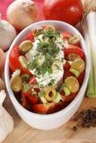 Salade méditerranéenne de tomate avec les olives et l'ail Image libre de droits