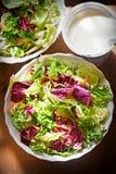 Salade mélangée de feuilles - verts avec de la salade de radicchio et la carotte râpée photographie stock libre de droits