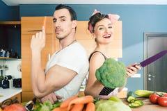Salade maken en paar die samen koken stock afbeelding