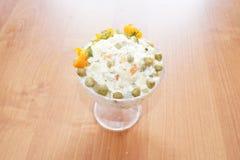 Salade meer olivier in een glasvaas Stock Foto