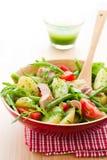 salade met aardappel en tonijn Stock Afbeelding