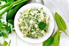 Salade met aardappels en zuring op lichte raadsbovenkant stock afbeeldingen