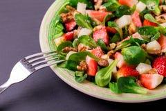 Salade met aardbei, spinazie, okkernoten en geitkaas Stock Fotografie