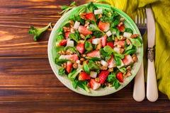 Salade met aardbei, spinazie, okkernoten en geitkaas Royalty-vrije Stock Fotografie
